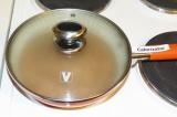 Шаг 2. Вылить массу на сковородку с антипригарным покрытием и жарить с двух стор