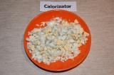 Шаг 1. Яйца отварить, очистить и нарезать кубиками.