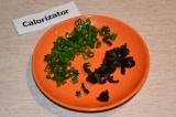 Шаг 3. Зеленый лук и маслины измельчить.