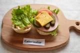 Шаг 6. Отрезать кусочек сыра и добавить его к ингредиентам. Закрыть начинку сэнд