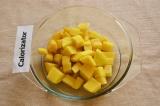 Шаг 1. Картофель помыть, очистить и нарезать небольшими кубиками. Варить до пол