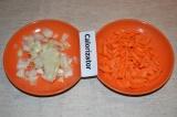 Шаг 1. Нарезать лук небольшими кубиками, а морковь тонкими полосками.