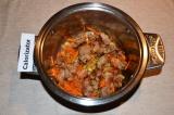 Шаг 3. Мясо нарезать небольшими кубиками и обжарить. Когда мясо обжарится, нужно