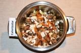 Шаг 4. Далее добавить грибы, хорошо перемешать, посолить и поперчить. Зубчик чес