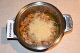 Шаг 5. К овощам и мясу добавить рис и залить его водой. При необходимости припра