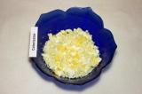 Шаг 3. Яйца отварить, порезать кубиками и добавить в салат.