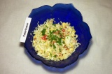 Шаг 5. Порезать петрушку, добавить в салат.