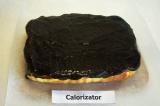 Шаг 11. Горячей глазурью полить сырник, поместить в холодильник на 2 часа.