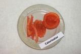 Шаг 2. Помидор ошпарить кипятком, снять шкурку, вынуть из помидора серединку
