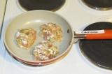 Шаг 5. Обжарить на антипригарной сковороде с двух сторон по 3 минутки.
