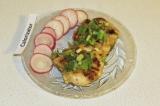 Готовое блюдо: рубленные куриные котлетки с редисом