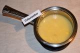 Шаг 5. Залить рис водой и добавить ванильный сахар, накрыть крышкой.