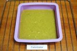 Шаг 7. Перелить тесто в глубокую квадратную силиконовую форму со стороной 18 см.