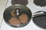 Шаг 4. Выпекать на сковородке с антипригарным покрытием по 4 минутки с каждой ст