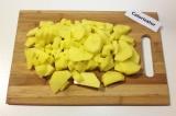 Шаг 1. Картофель очистить от кожуры, промыть под водой и нарезать.