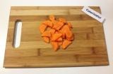 Шаг 2. Морковь очистить от кожуры, промыть под водой и тонко нарезать.
