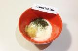 Шаг 7. В чашке к сметане добавить натёртый чеснок, соль и укроп. Всё перемешать.