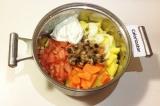 Шаг 8. Все ингредиенты положить в одну посуду, добавить сметану.