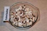 Шаг 2. Очищенные грибы нарезать мелкими кубиками и обжарить на растительном масл