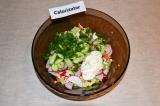 Шаг 5. Зеленый лук измельчить и добавить к овощам, заправить салат майонезом.