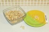 Шаг 3. Очистить фасоль от шкурки.