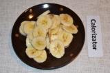Шаг 7. Банан нарезать тонкими кружочками.