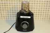 Шаг 2. Взбить блендером орехи с водой и с солью.