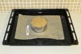 Шаг 4. Застелить пергаментом противень и переложить тесто в форму для выпечки.