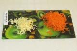 Шаг 3. Натереть на терке чеснок и морковь.