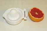 Шаг 1. Выжать сок из половинки грейпфрута.