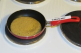Шаг 3. Пожарить панкейки на антипригарной сковородке.