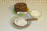 Шаг 5. Промазать каждый из получившихся панкейков, складывая в виде тортика.