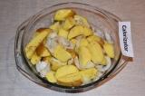 Шаг 3. Картофель посолить и поперчить по вкусу. Добавить 2 ст. л. растительного