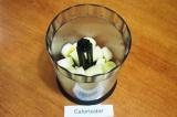Шаг 2. Поместить в чашу блендера бананы.