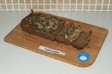 Шаг 6. Порезать хлеб и намазать арахисовой пастой.