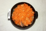Шаг 6. Посыпать морковью и залить водой. Тушить в духовке при 180 градусах около