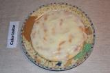Шаг 9. Готовые коржи смазать обильно кремом, сложить тортик. Верх также покрыть