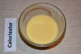 Шаг 5. Желтки отделить от белков, желтки смешать с мукой.