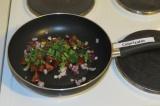 Шаг 4. Обжарить лук, зелень и помидоры в течение 5 минут без масла на антипригар