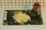 Шаг 5. Натереть сыр на терке.