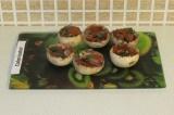Шаг 6. Выложить в каждый гриб помидорно-луковую начинку.