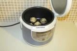 Шаг 8. Выложить грибы в чашу мультиварки и поставить режим выпечка на 20 минут.
