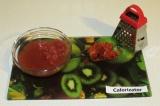 Шаг 5. Соленые помидоры очистить от кожуры и натереть на крупной терке.