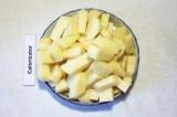 Шаг 4. Картофель очистить и порезать, добавить картофель к отваренным крылышкам