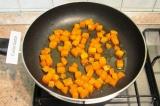 Шаг 4. Обжарить тыкву на растительном масле до золотистого цвета. Добавить в кон