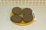 Шаг 5. Разрезать на две части и намазать домашней арахисовой пастой.