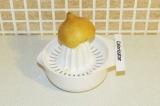 Шаг 6. Выдавить сок из лимона.