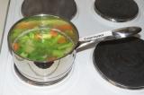 Шаг 4. Отварить сельдерей и морковь до готовности.