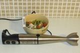 Шаг 6. Взбить блендером суп с небольшим количеством бульона.