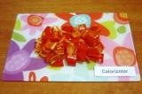 Шаг 1. Очистить от семян перец, нарезать кубиками 2х2 см.